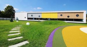 Przed architektami z XY Studio postawiono wyzwanie – stworzenie przedszkolnego obiektu, który sprawi, że nauka będzie ciekawsza, a zabawa bardziej edukacyjna. No i jeszcze budynek musi podobać się dzieciom – aby chętnie spędzały w nim czas. Pr