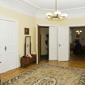 Typowe dla mieszkań w starych kamienicach podwójne drzwi łączące salon z innymi pomieszczeniami zostały zachowane również w odremontowanym salonie. Fot. Iwona Kurkowska