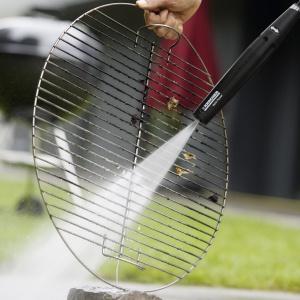 Po użyciu grill wymaga od nas wyczyszczenia. Tłuste pozostałości usuwamy proszkiem do pieczenia, a później zabrudzenia usuwamy za pomocą wody i specjalnego preparatu. Fot. Kärcher