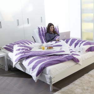Na szczycie listy najbardziej pożądanych mebli w wymarzonej sypialni znalazło się regulowane łóżko, w którym można nie tylko spać, ale także czytać, oglądać telewizję czy zjeść śniadanie. Fot. Hettich