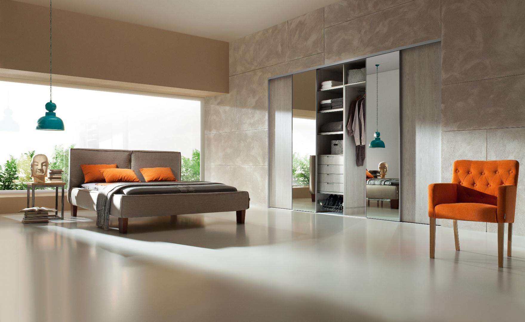 Aranżując mieszkanie warto ograniczyć się jedynie do niezbędnych elementów tj. sofa, stolik, szafa, telewizor w przypadku salonu lub łóżka, stolika nocnego i garderoby w sypialni.  Fot. Komandor.