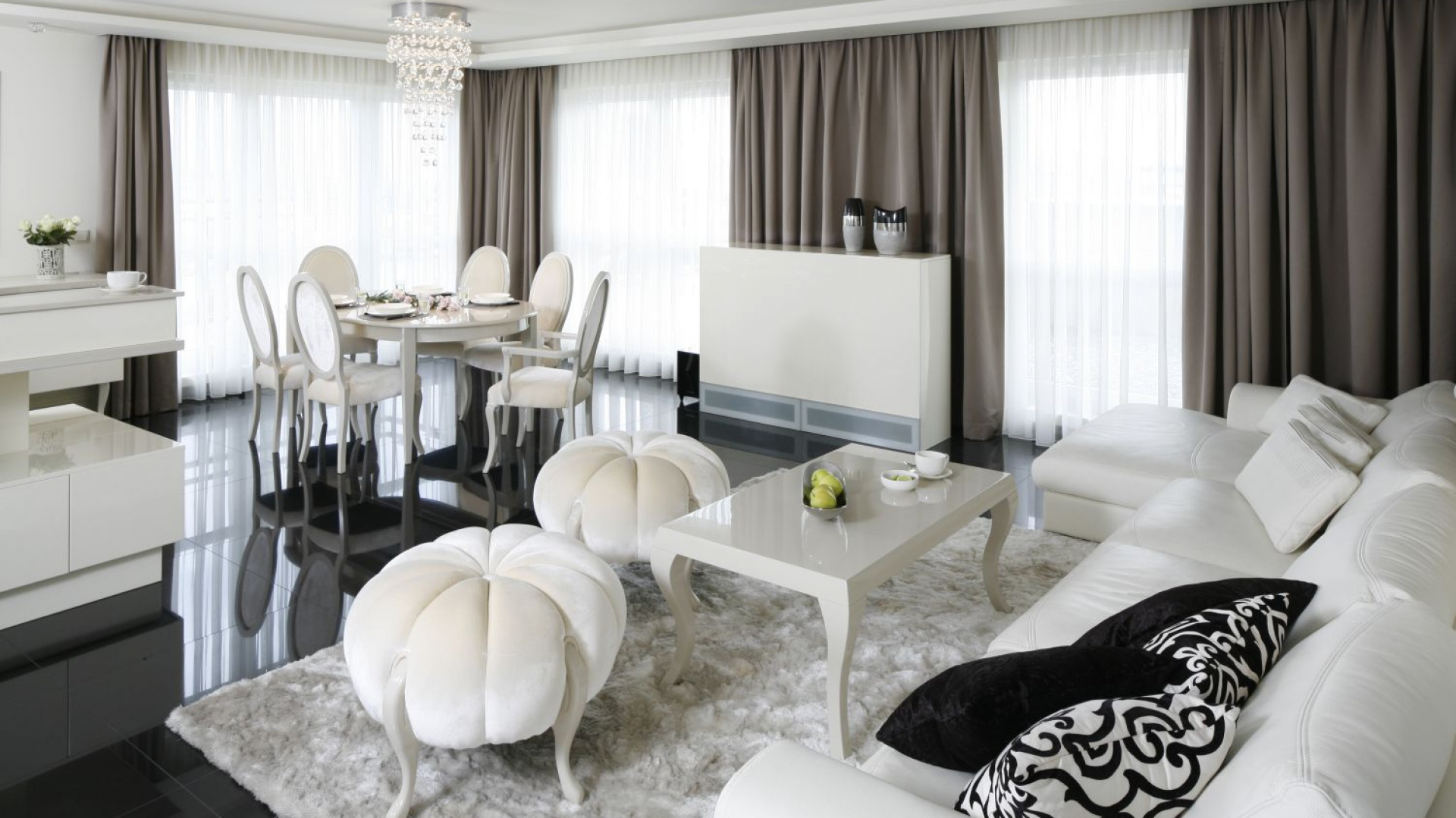 Elegancki salon urządzono w stonowanych barwach zamkniętych w piękne, klasycyzujące formy. Projekt: Katarzyna Uszok. Fot. Bartosz Jarosz