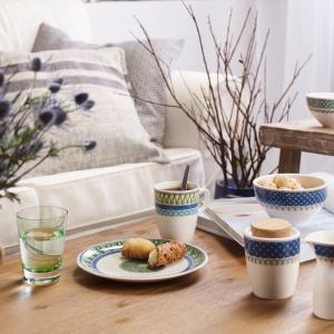Mimo połączenia barw raczej uznawanych za chłodne, stylistyka porcelany jest ciepła, domowa. A ciepło to dodatkowo podkreślono wykorzystaniem naturalnego drewna oraz korka. Fot. Villeroy&Boch/Rossi.pl