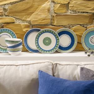 Produkty z tej serii wykonano z białej porcelany, na której umieszczono w górnej części naczyń  geometryczne, niebieskie wzory w delikatnej odsłonie.  Fot. Villeroy&Boch/Rossi.pl