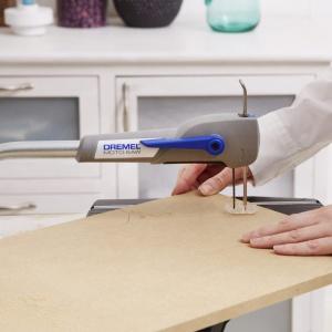Krok 2: Z pomocą praktycznej kompaktowej wyrzynarki brzeszczotowej Dremel® Moto-Saw wyposażonej w brzeszczot do drewna MS52 możesz precyzyjnie wyciąć narysowane części. Fot. Dremel.