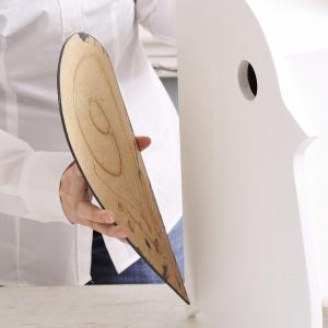 Krok 4: Użyj farby akrylowej, aby pomalować skrzydła ptaka i dopasuj kolor budki do koloru podłoża, na którym ją zamocujesz. Po wyschnięciu farby przyklej skrzydła do bocznych elementów budki, używając ultramocnego kleju. Upewnij się, że skrzydła przylegają równo do tylnej krawędzi elementów bocznych. Teraz możesz zawiesić budkę w wybranym miejscu. Na pewno już wkrótce wprowadzą się do niej skrzydlaci goście. Fot. Dremel.