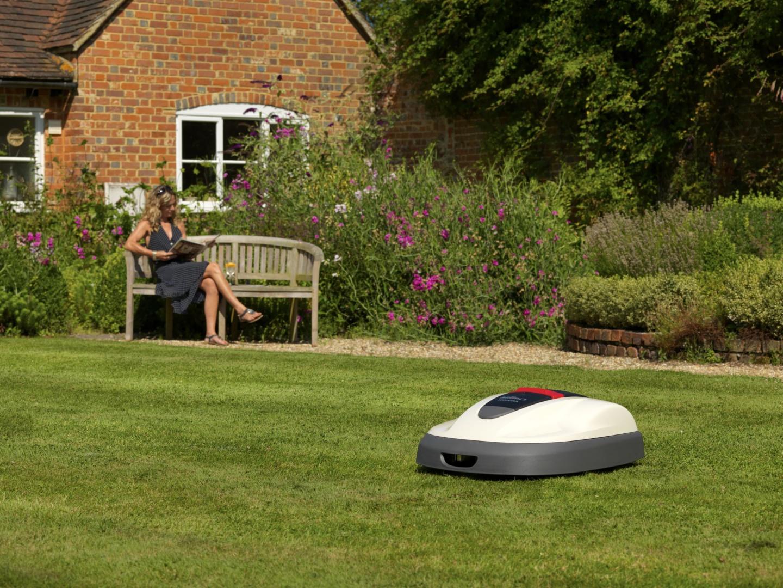 Inteligentny robot ogrodowy Miimo Hionda samodzielnie kosi trawę  w zaprogramowanym czasie i na wskazanym terenie. Fot. Honda