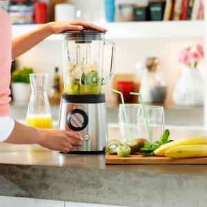 Do przygotowywania aksamitnych koktajli najlepiej sprawdzi się blender kielichowy. Dostępny w modelu HR2195 specjalny przycisk do koktajli ułatwi nam przygotowanie posiłku. Fot. Philips