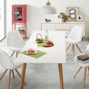 Jadalnia Meety marki La Forma: rozkładany stół z blatem wykonany jest z MDF-u lakierowanego na biały mat, a nóżki z litego drewna dębowego.