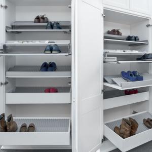 Zorganizować buty w domy pomogą specjalne wkłady do szaf. Fot. Peka