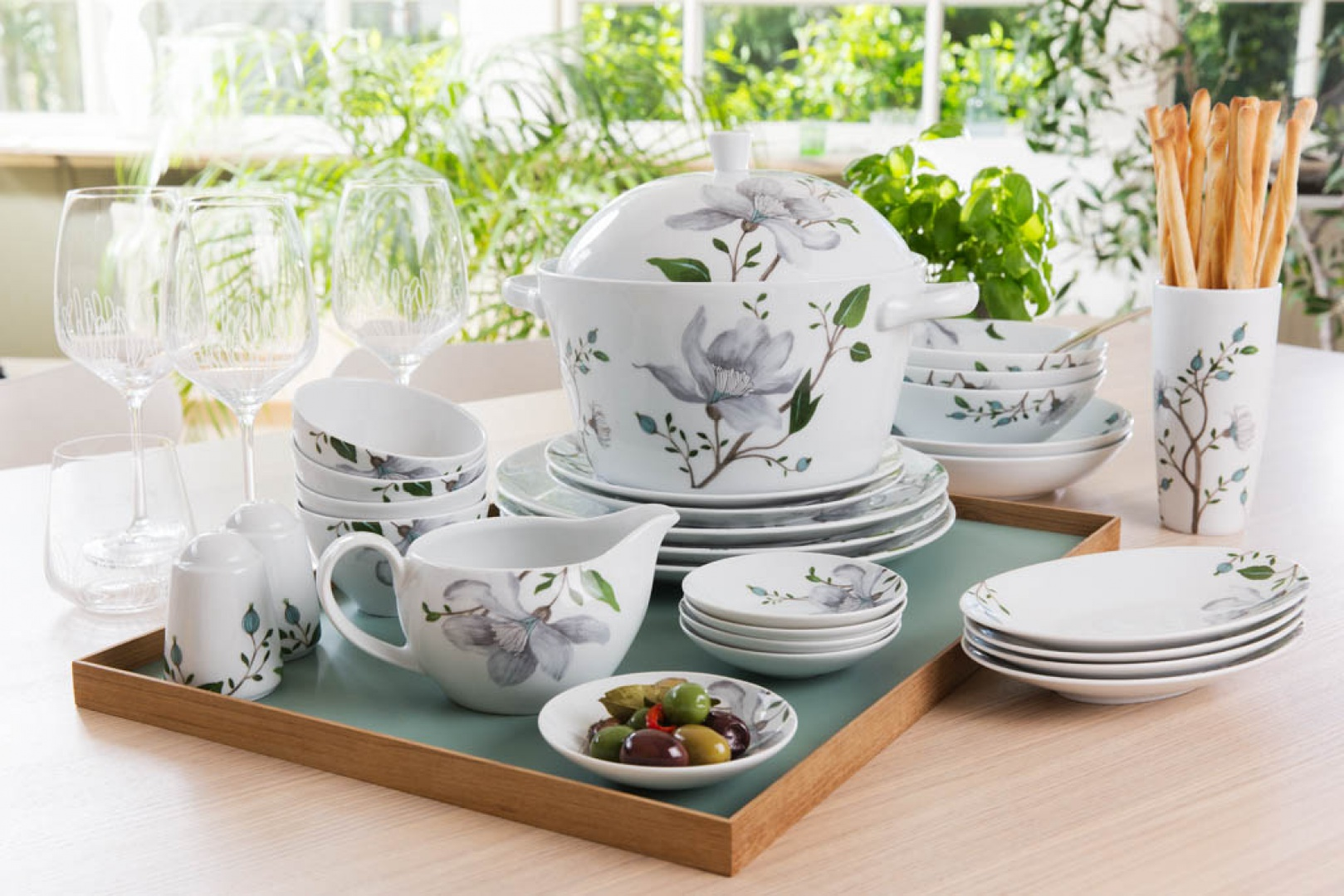 Serwis Clematis będzie idealnym uzupełnieniem stołu na wiosnę. Fot. Fyrklovern