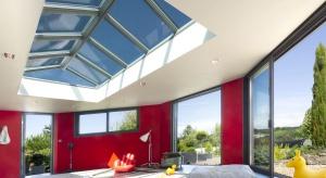 Nieustający rozwój architektury i nieograniczona fantazja projektantów stawiają przed producentami szkła coraz to nowe wyzwania. Aby spełnić oczekiwania firma Saint-Gobain wprowadza nowy produkt, najjaśniejsze na rynku szkło samoczyszczące.