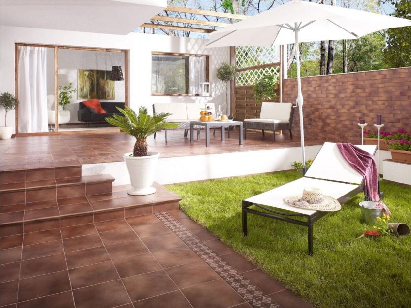 Płytki klinkierowe w pięknym kolorze naturalnej czerwonej gliny wspaniale zdobią powierzchnię tarasu, harmonizując z ogrodzeniem posesji. Fot. Opoczno
