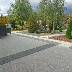 Płytka betonowa Lux w kolorach szarości pomoże stworzyć elegancki, nowoczesny taras. Fot. Jadar