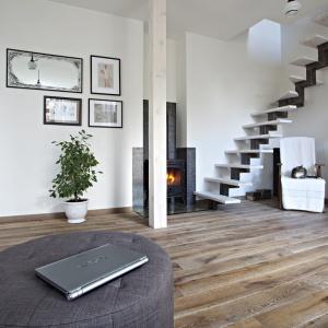 Podłoga drewniana w rustykalnym stylu wspaniale ociepla aranżację salonu. Fot. Nobifloor, kolekcja Modern