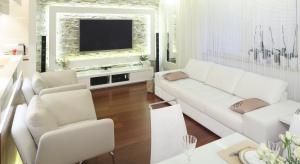 Jasne kolory zastosowane w aranżacji nie tylko zapewniają elegancki wygląd salonu, ale róznieżoptycznie powiększają wnętrze.Takżedeweloperzy stawiają na jasne mieszkania.