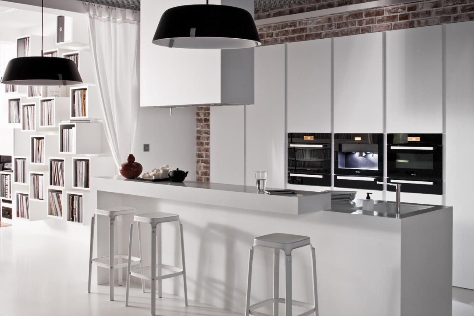 Na zdjęciu model Z4 firmy Zajc Kuchnie z wysoką zabudową wykończoną w białym macie