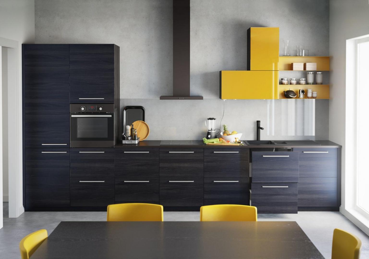 Propozycja od firmy IKEA: drewniany dekor w bardzo ciemnym wybarwieniu i poziomym rysunku drewna zestawiono z żywym, żółtym kolorem. Fot. IKEA