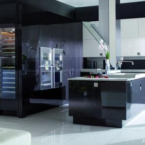 Ciemne kolory i wysoki połysk prezentują się niezwykle elegancko, wprowadzając do kuchni atmosferę szyku. Fot. Mebel Rust, kuchnia R8