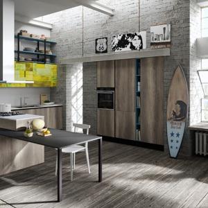 Inspiracja od marki Aran Cucine: surowe drewno na podłodze harmonizuje z szarą cegłą na ścianie, tworząc efektowne tło dla mebli kuchennych w podobnej kolorystyce. Fot. Aran Cucine, kuchnia Mia