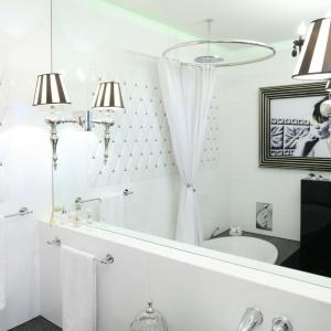 Stylowe kinkiety zamontowane na tafli lustra podkreślają klimat retro czarno-białego saloniku kąpielowego. Projekt: Małgorzata Galewska. Fot. Bartosz Jarosz