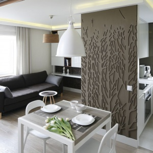 W małym mieszkaniu przedpokój stał się jednocześnie... jadalnią. Oryginalne rozwiązanie podkreślił dekoracyjny panel na ścianie. Projekt: Małgorzata Mazur. Fot. Bartosz Jarosz