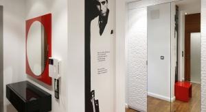 Przedpokój w mieszkaniach w bloku czy też hol w domach jednorodzinnych to strefa reprezentacyjna całego wnętrza. Zobaczcie, jak urządzają go projektanci.