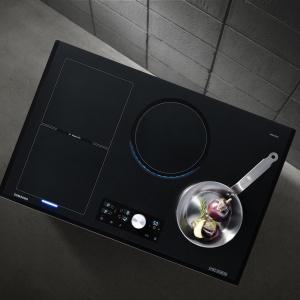 Płyta indukcyjna Chef Collection z technologią Virtual Flame. Wbudowane w płytę diody imitują płomień, zmieniający swoją wysokość i barwę w zależności od wybranej mocy. Wyposażona m.in. w 15 poziomów intensywności oraz funkcję bezpieczeństwa, umożliwiającą natychmiastowe przerwanie pracy. Cena ok. 4.600 zł. Fot. Samsung
