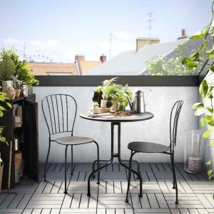 Płytki drewniane z oferty marki IKEA są wygodnym rozwiązaniem na balkon i taras.