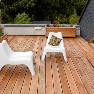 Naturalne drewno zachwyca unikatowym rysunkiem słojów drewna, a odpowiednio zaimpregnowane będzie nam służyć przez lata. Fot. DLH, deska tarasowa z modrzewiu syberyjskiego