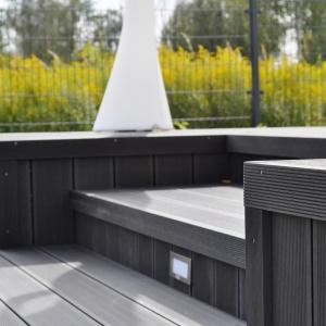 Deski EcoTeak wyprodukowane z kompozytu na bazie PVC. Deski wykonywane są z jednolicie zabarwionej masy, co sprawia, że raz zabarwione zachowują kolor na lata. Fot. Eco Teak
