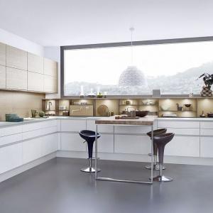 Jednym z trwałych materiałów na blat jest... szkło, które łatwo utrzymać w czystości, a przy tym prezentuje się bardzo efektownie. Na zdjęciu szklany blat w kuchni niemieckiej marki Leicht. Fot. Leicht Kuechen