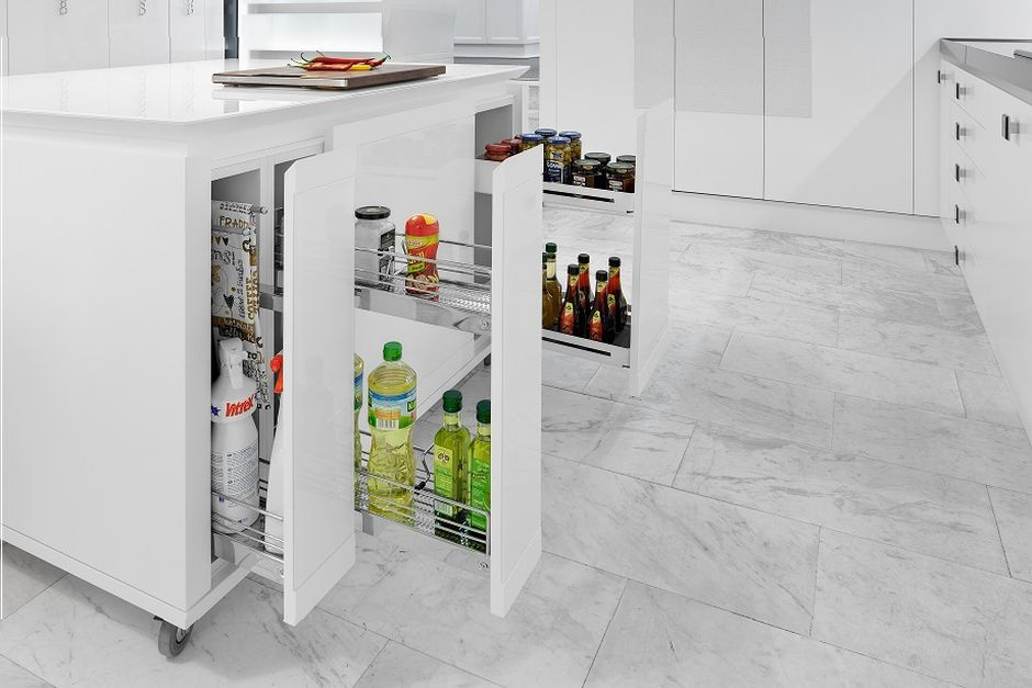 Systemy do szafek podblatowych gwarantują porządek i łatwy dostęp do produktów i akcesoriów przechowywanych na wyspie. Fot. Peka, na zdjęciu linia Snello