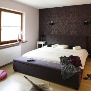 Szyku dodaje sypialni tapeta z tkaninowym wzorem oraz pikowany zagłówek. Projekt: Jolanta Kwilan. Fot. Bartosz Jarosz