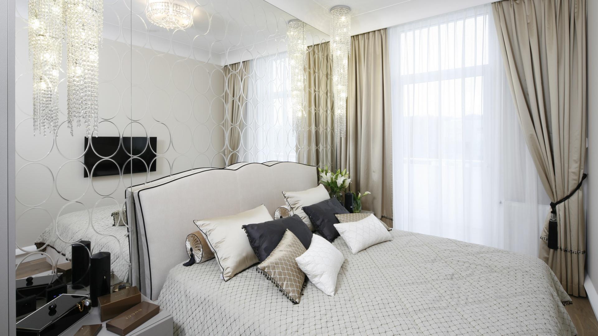 Sypialnia w ciepłych beżach to królestwo elegancji. Łóżko tapicerowane tkaniną imitującą skórę węża dodaje pikanterii. Projekt: Karolina Łuczyńska. Fot. Bartosz Jarosz