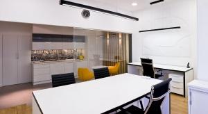 Ściany we wnętrzachmożna wykończyć na wiele sposobów. Nowoczesną i modną opcją są panele 3D.