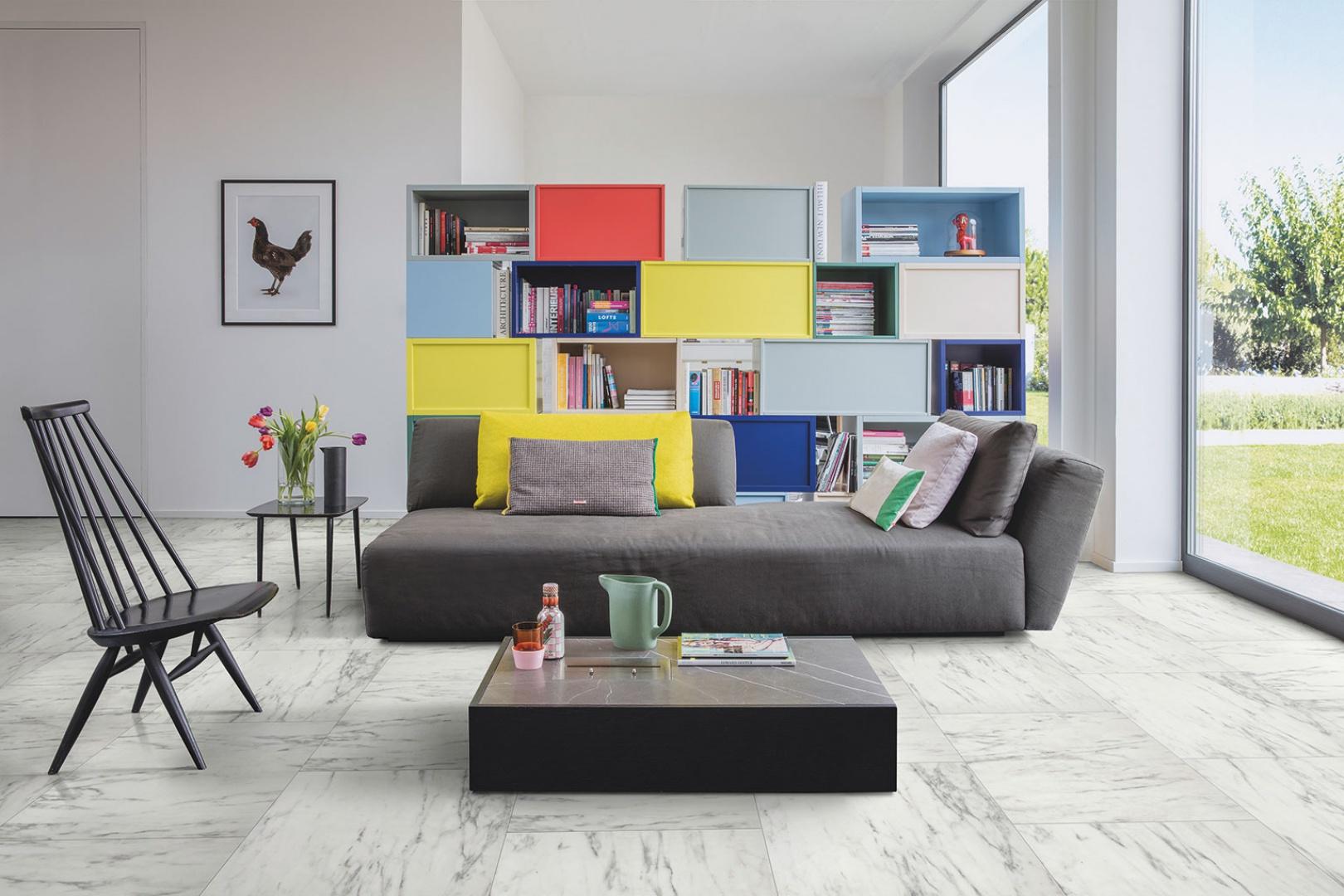 W urządzaniu wnętrza w stylu Memphis kluczowy jest wybór odpowiedniej podłogi, gdyż stanowi ona mocny fundament dla tak żywiołowej estetyki. Najlepsza okaże się podłoga z białego lub szarego – lubianego przez wszystkich - drewna lub kamienna, a nawet betonowa. Fot. Quick-Step