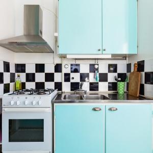Fronty mebli kuchennych są w kolorze miętowym, a Fot. Svenksfast.se