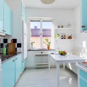 Kuchnię urządzono w kolorowym stylu retro, zainspirowanym latami 50. i 60. Fot. Svenksfast.se