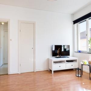 Telewizję można oglądać zarówno z pozycji narożnika, jak i łóżka. Fot. Svenksfast.se