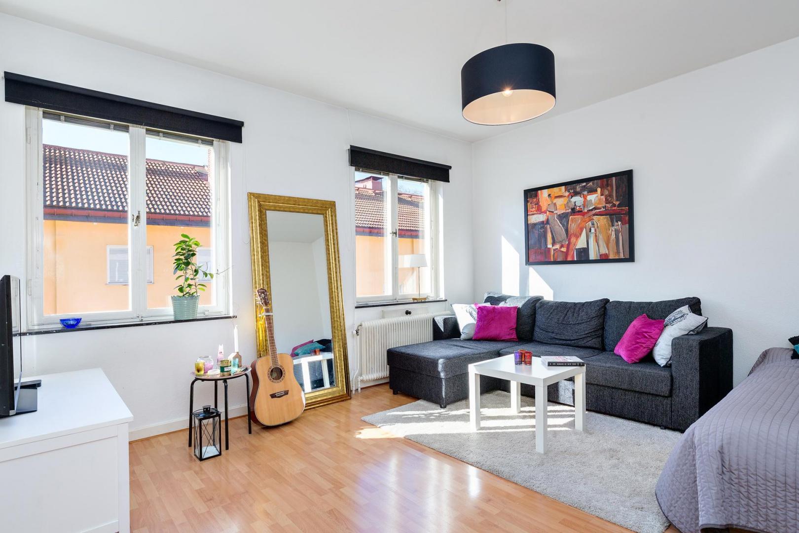 W salonie połączonym z sypialnią panuje mieszanka różnych stylów. Fot. Svenksfast.se