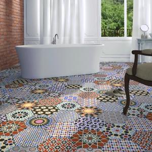 Różnokolorowe, wzorzyste heksagony stworzyły niesamowitą podłogę w aranżacji wnętrza tej łazienki. Fot. Realonda