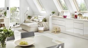 Skośny sufit poddasza wyklucza możliwość zastosowania tradycyjnych dekoracji okiennych. Rolety i markizy projektowane dla okien dachowych z powodzeniem zastępują firany i zasłony.
