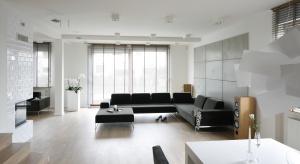 W nowoczesnym salonie królują proste, geometryczne formy i odważne rozwiązania, np. okładziny ścian imitujące beton. Nowoczesny salon można jednak urządzić na wiele sposobów.