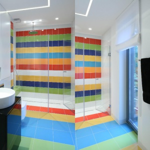 Kolorowa ściana za prysznicem dodaje energii niewielkiemu wnętrzu. Projekt: Katarzyna Kiełek, Agnieszka Komorowska-Różycka. Fot. Bartosz Jarosz