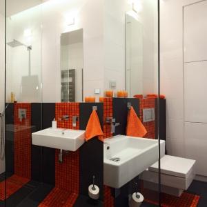 W małej łazience zaplanowano zabudowę we wnęce ściennej,  w której zmieściły się nawat łazienkowe sprzęty AGD. Projekt: Michał Mikołajczak. Fot. Monika Filipiuk-Obałek