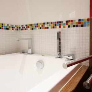 W łazience o powierzchni 5 m kw wygospodarowani miejsce na wannę. Kolorowa mozaika ożywia aranżację. Projekt: Dorota Szafrańska. Fot. Bartosz Jarosz