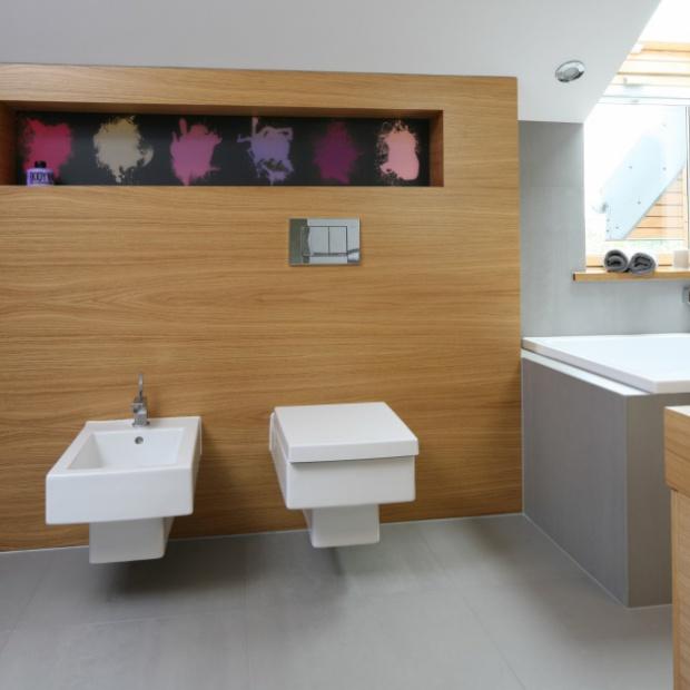 Fioletowa łazienka na poddaszu