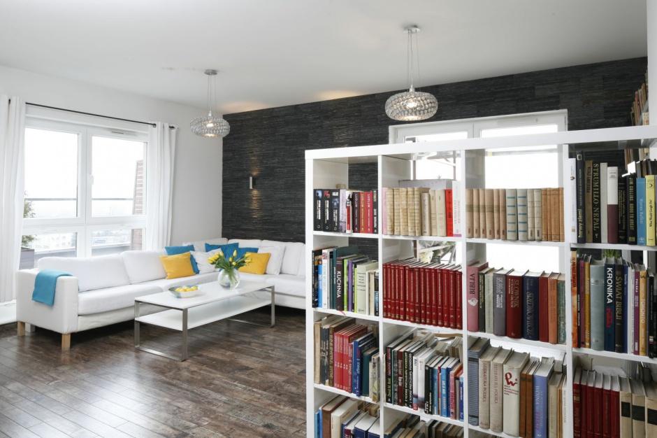 D uga szafka na przestrza biblioteczka w domu 12 for Biblioteczka w salonie