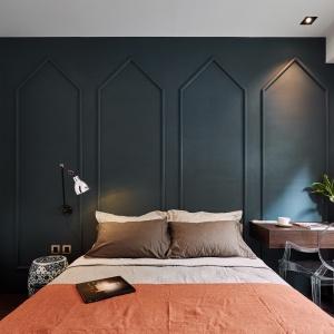 Każdą z sypialni urządzono w innym klimacie. W tej wzrok przyciąga ciemna zieleń i sztukaterie na ścianie. Projekt: Z-AXIS Design. Fot. Hey!Cheese Photography
